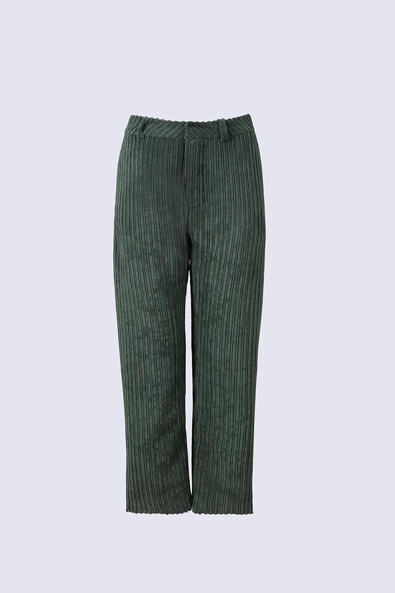 Maura pantalón de pana color verde.
